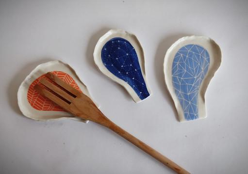 Repose-cuillères en porcelaine