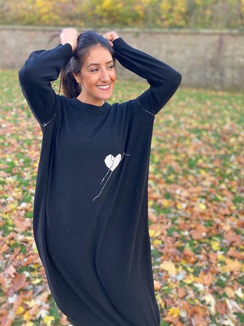 Robe longue noire JEIO avec coeur et coutures blanches