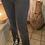 Thumbnail: Pantalon gris foncé évasé sur le bas avec ouverture