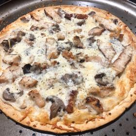 WHITE CHICKEN & MUSHROOM PIZZA