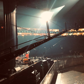 12m-Kamerkran mit Bedien-Personal in derKöln Arena (Lanxess-Arena)