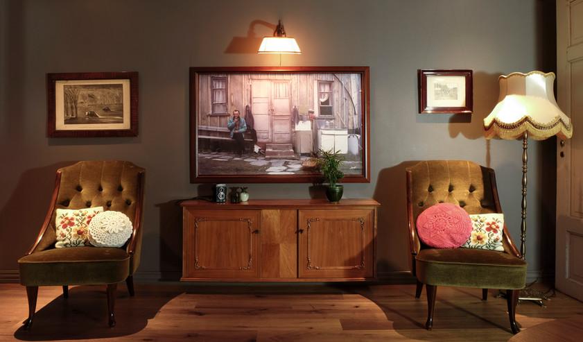 Skjult TV i veggen bak bildet.