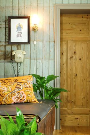 Gang i eldre hus med original panelvegg