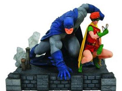 DC Comic Gallery Deluxe Dark Knight Returns Batman & Robin PVC Diorama