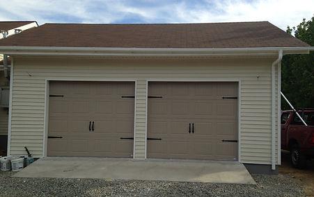 portón de garage, herrajería, bisagras fierro forjado, manillas fierro forjado, look fierro forjado, ventanas decorativas