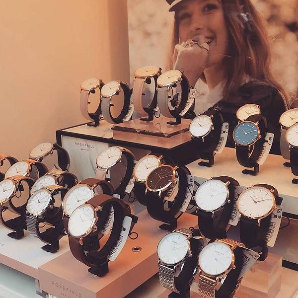 Rosefield horloges in onze etalage.