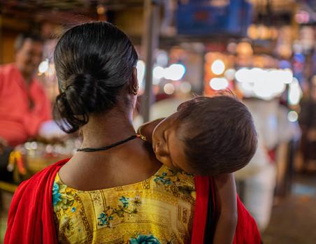 3572_Mumbai-Baby-on-Mom-Shoulder_COL_22-