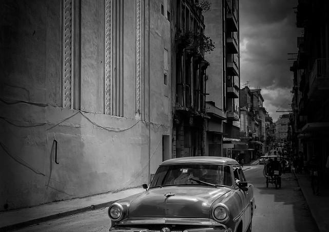 6505_PScc2019_Havana_Car between bldg_B+