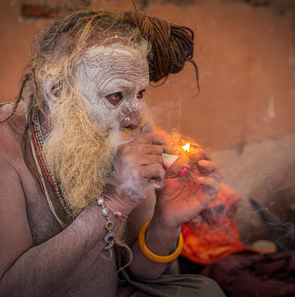0746_Varanasi-Guru-Smoking-Pot_COL_22-x-