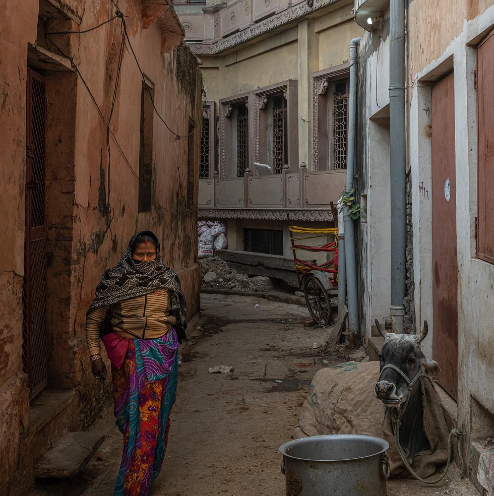 1570_Varanasi-Girl-in-Alley_COL_17-x-22.