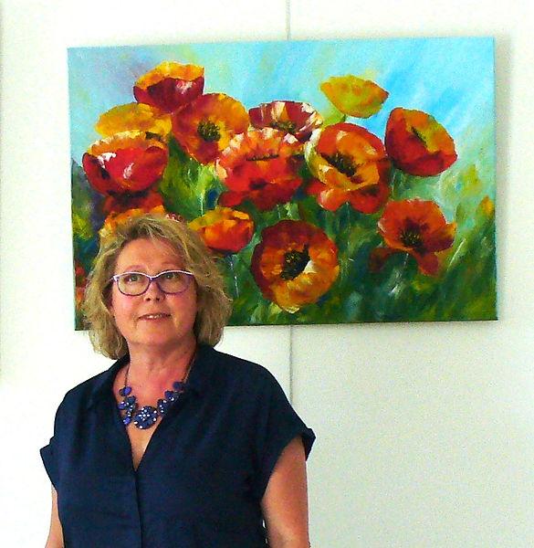 """Olga CHILOVA-STEPHAN en Exposition à l'hôpital Camfrout - derrière son beau tableau coloré """"Coquelicots en libertés"""""""