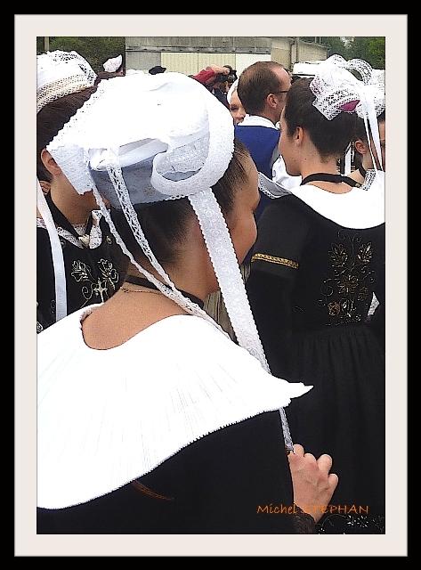 Coiffes Bretonnes et chapeaux ronds filets bleus (3)