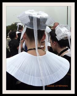 Coiffes Bretonnes et chapeaux ronds filets bleus (4)
