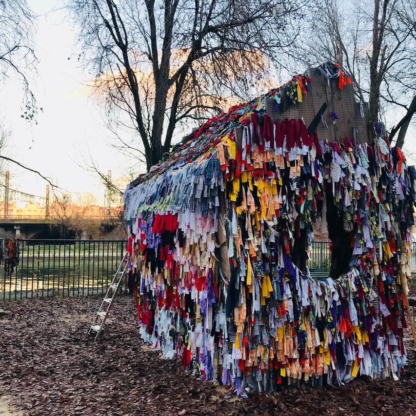 """Julia Maria Lopez Mesa, Projet """"IN TISSU"""", 2018, Installation in situ, morceaux de vêtements collectées auprès des habitants de Saint Denis"""