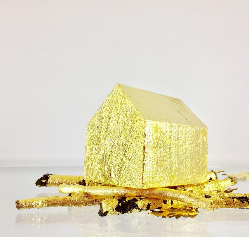 """Camila Salame, """"Un petit coin de soleil"""", 2017, Bois et feuilles d'or, H.10 x L.14 x P.12 cm"""