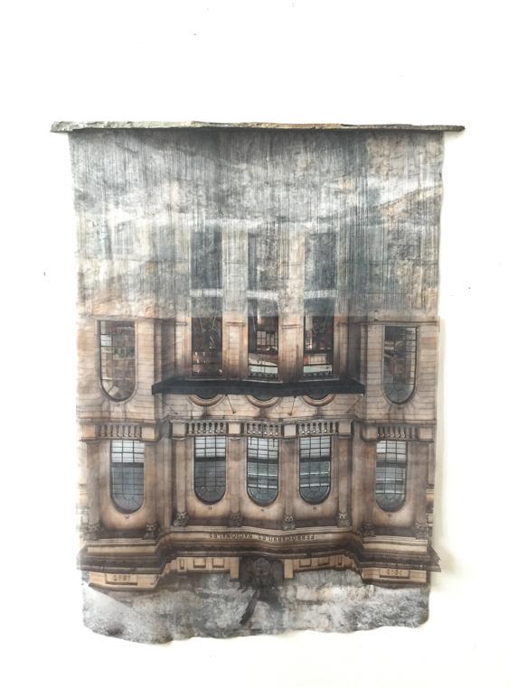 """Leyla Cardenas, """"Tiré vers l'intérieur"""", 2019, Impression par sublimation sur tissu détissé, ardoise noire, 69 x 70 x 6 cm (courtesy galerie Dix9 Hélène Lacharmoise)"""
