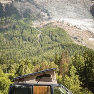 Campervans devant le glacier des Bossons