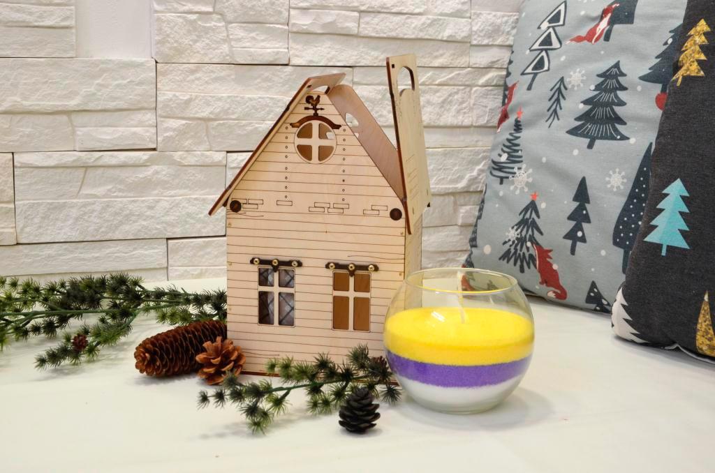 Деревянный домик и свеча