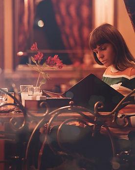 une femme regarde le menu du restaurant pizzeria du fort de salses