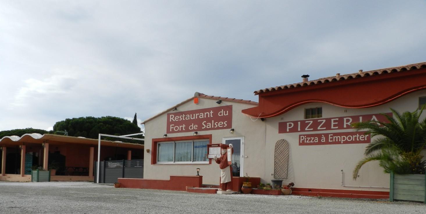 Le grand parking du Restaurant Pizzéria du Fort de Salses