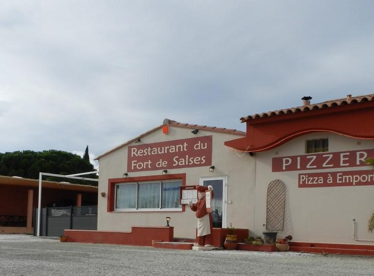 El gran estacionamiento del Restaurante Pizzeria en Fort de Salses