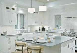 white traditional kitchen cabinets, transitional kitchen design, southampton kitchen design, gray countertops, quartz countertops, kitchen island design