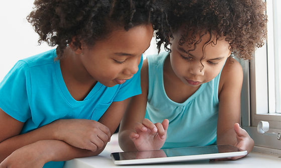 Twee vrienden met een tablet