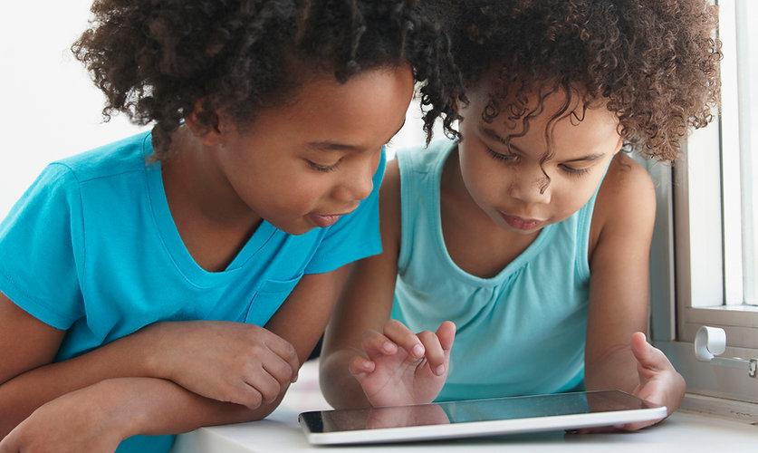 Dois amigos com um tablet