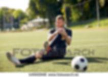 såret-fotballspiller-med-ball-på-arkivfo
