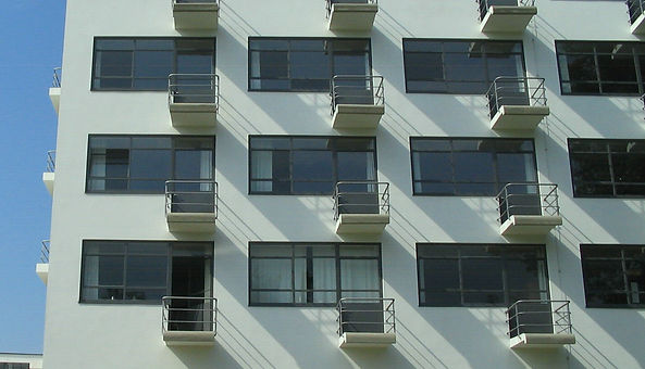 Bauhaus-Dessau_Wohnheim_Balkone.jpg
