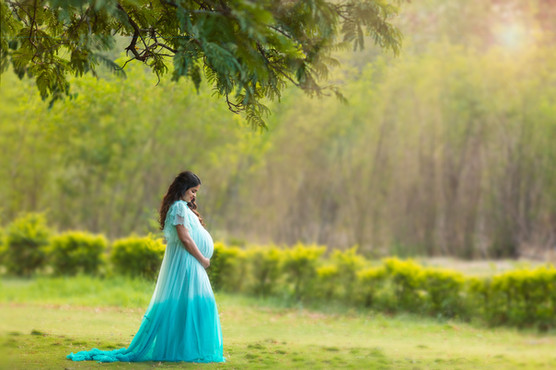 outdoor maternity portrait