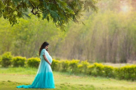 outdoor maternity portrait