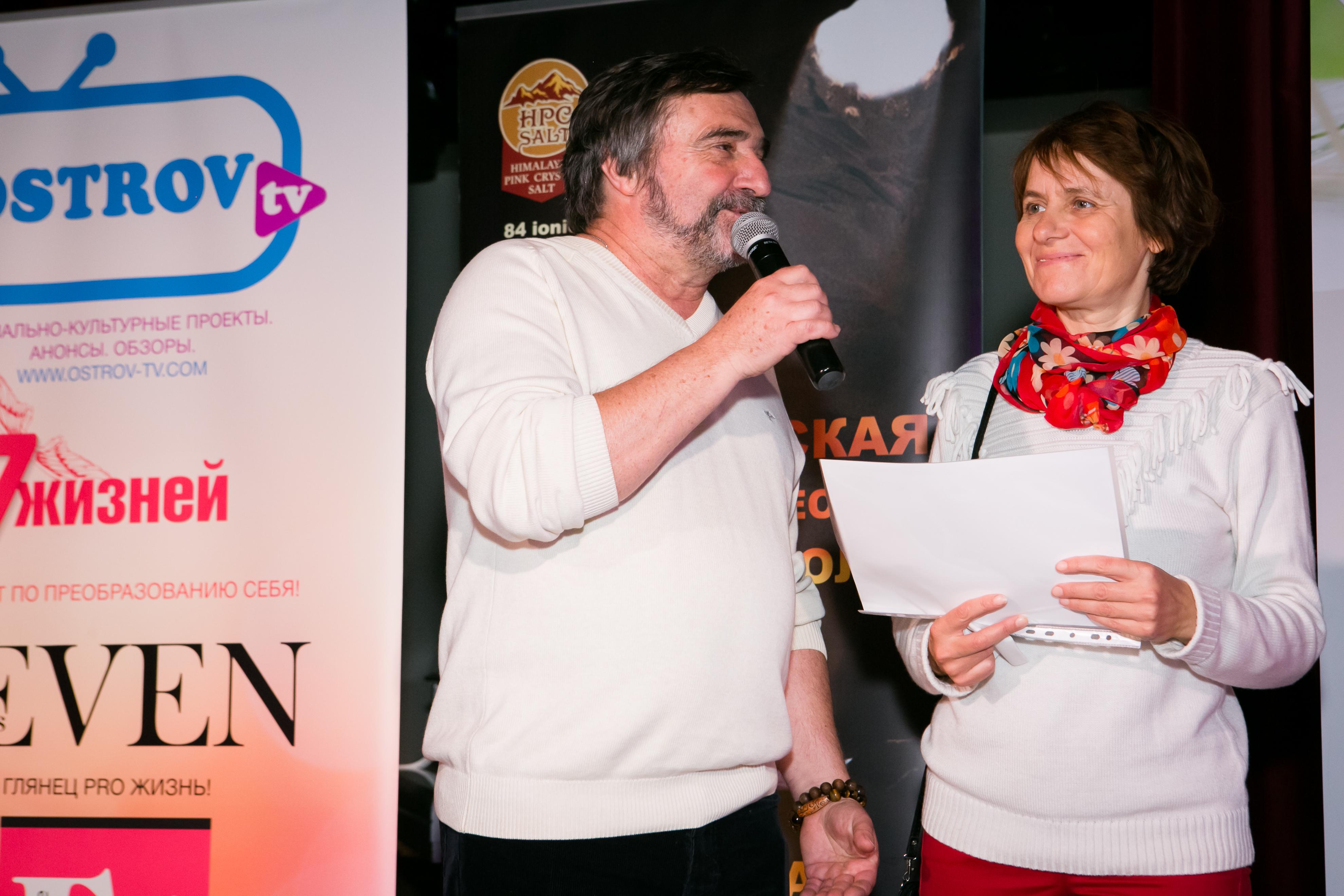 Сергей Мартьяхин и Наталья Агаладзе вручают приз победителю интернет конкурса