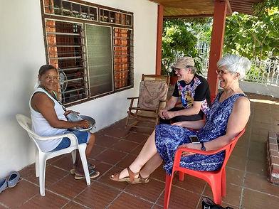 Letra Caribe students talk to a local lady in the Viviendo Espanol program.