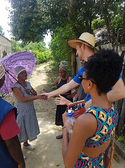 Letra Caribe student meets a local lady to practice Spanish.