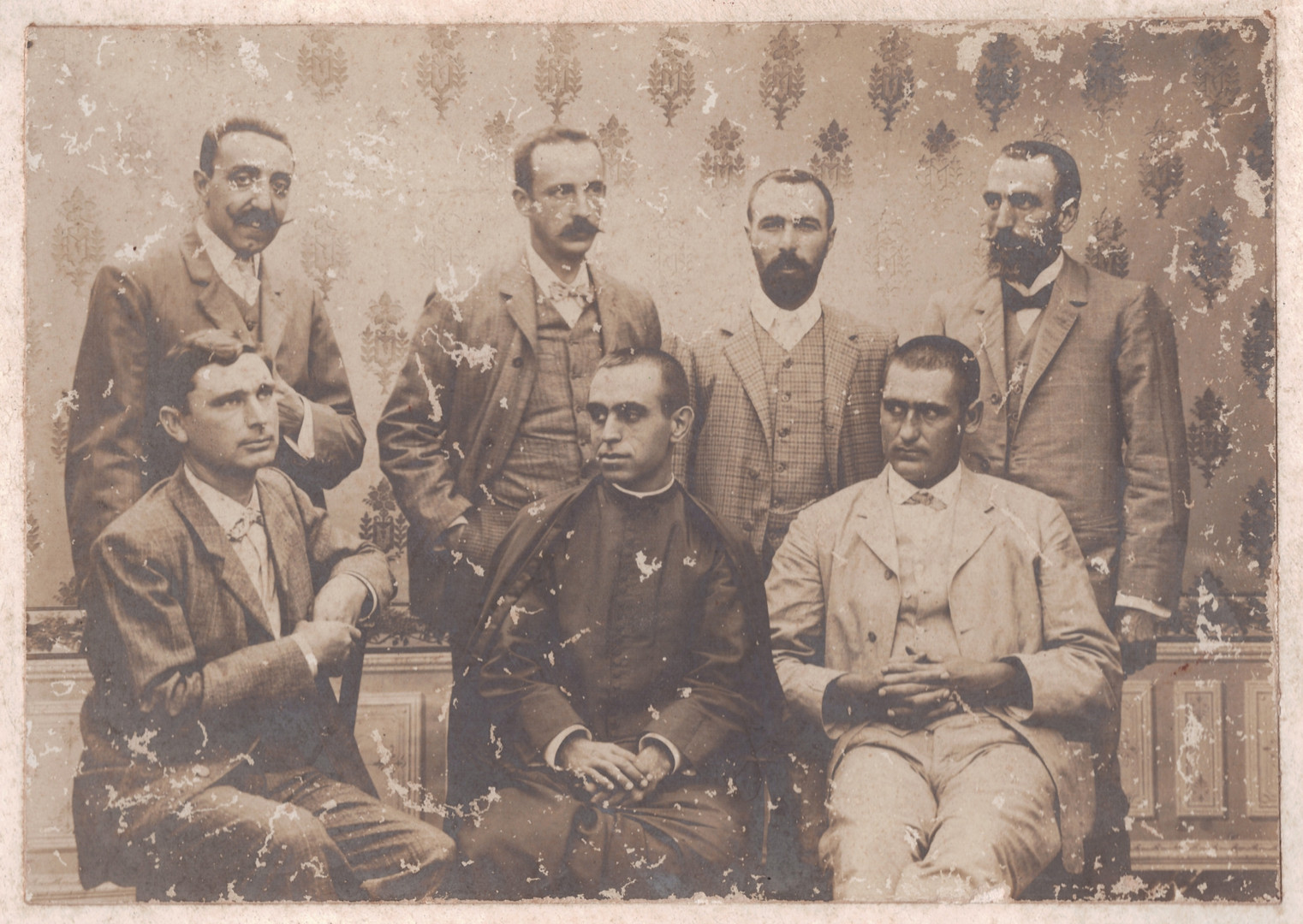Group photograph with some of the expeditioners: seated, on the far right, Jaume Antoni Clar Vicens (?). Standing, second on the left is the storekeeper, Marc Vidal; third is the purser, Llorenç Bonet.