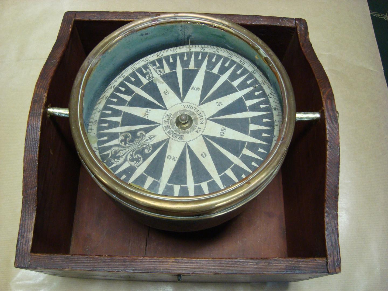 Fotografia d'una bitàcola antiga (Col·lecció Manuel Rives Blanco. Fotografia Jaume Ferrando Barceló).
