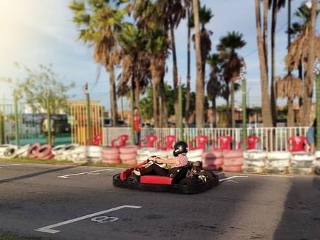 Mulher tem dificuldade para correr de kart?