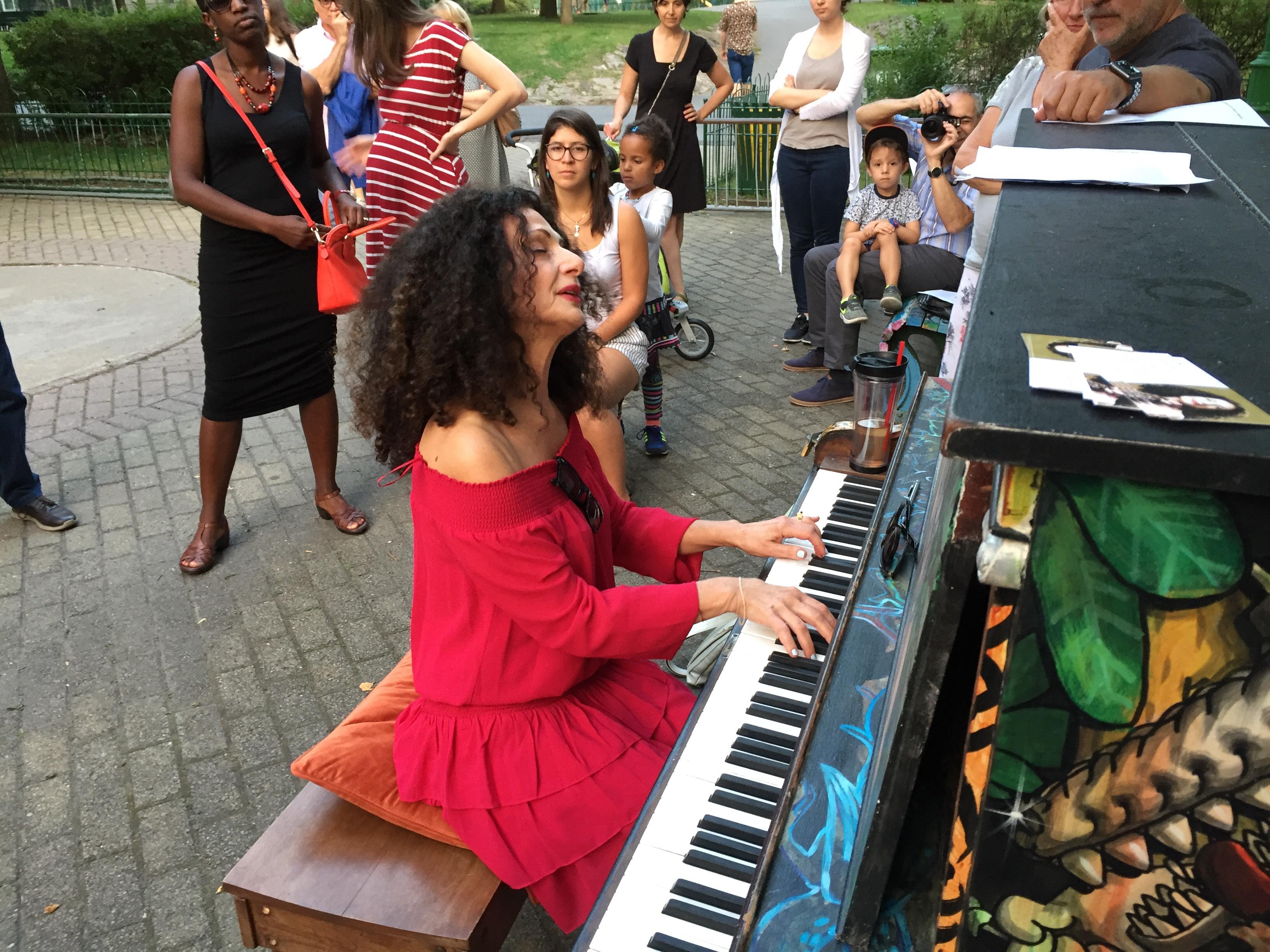 Lady Sylva au Piano public Outremont