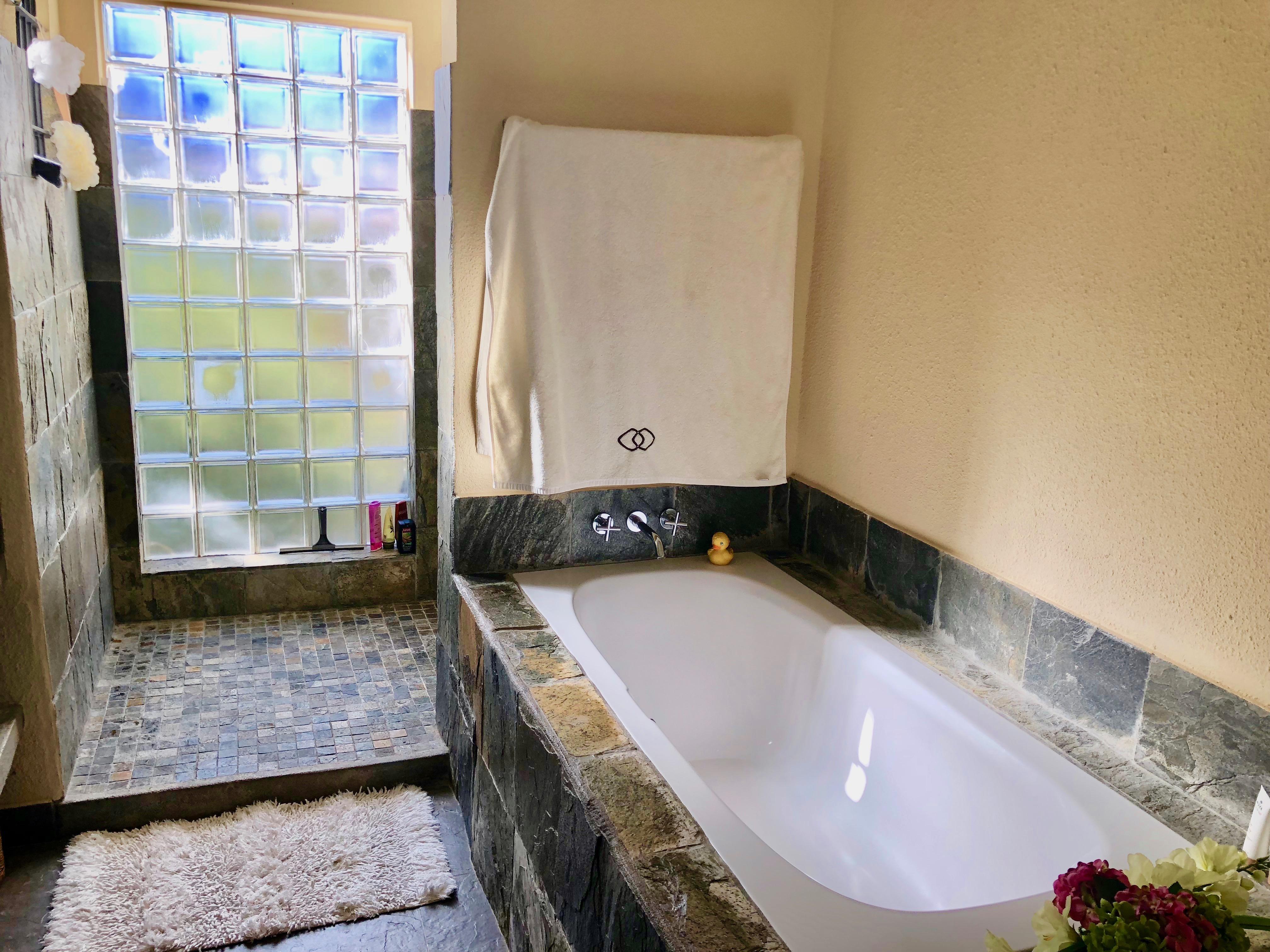 Salle de bain : baignoire & douche