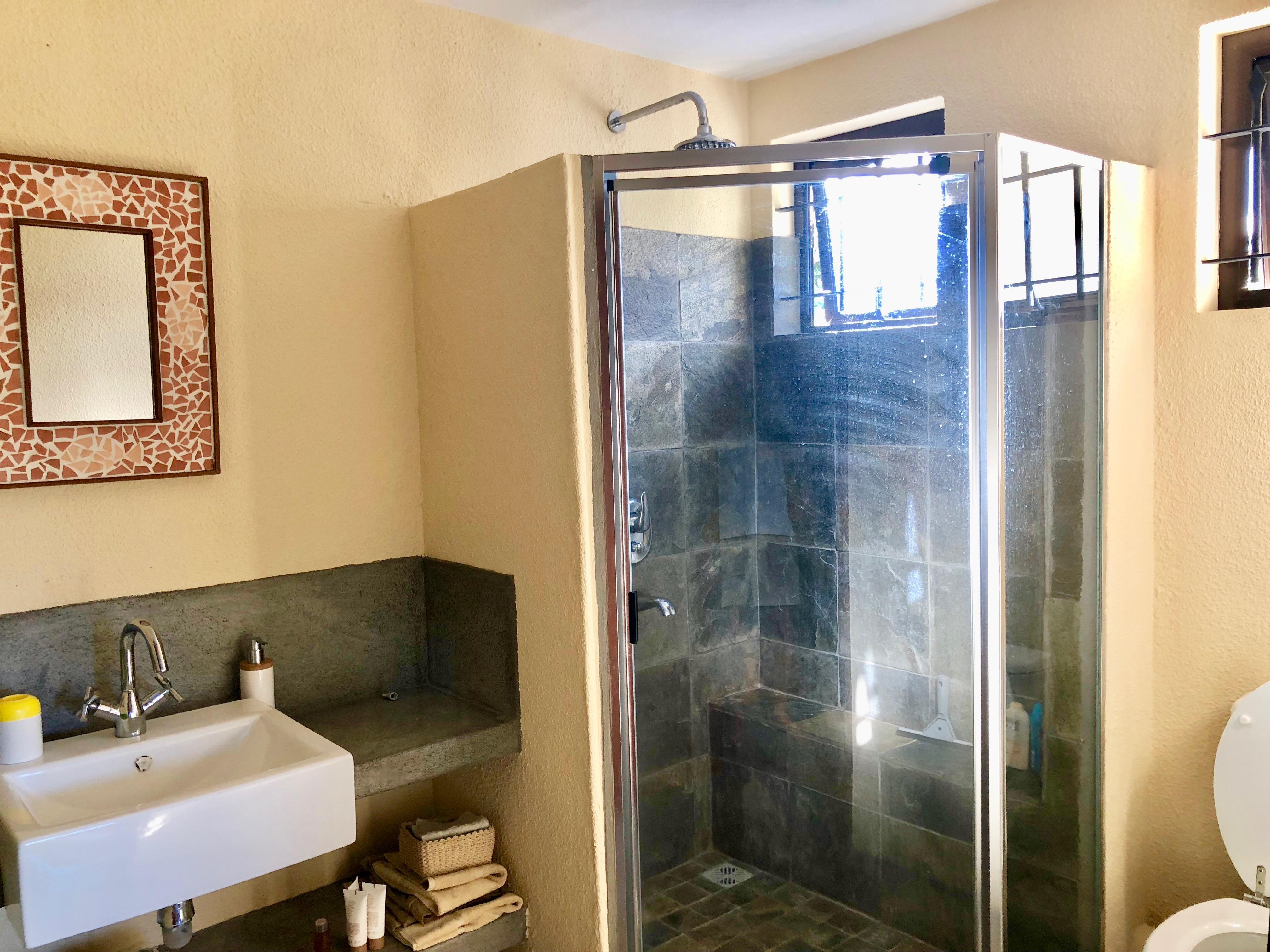 Salle de bain : lavabo, douche & WC