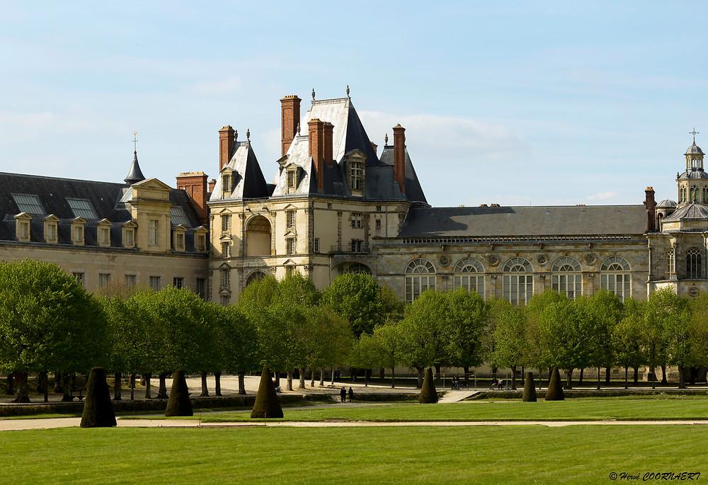 Le château de Fontainebleau peut s'enorgueillir d'avoir connu huit siècles de présence souveraine continue. Capétiens, Valois, Bourbons, Bonaparte ou Orléans, chacun des membres des dynasties ayant régné sur la France se sont succédés dans ses murs.
