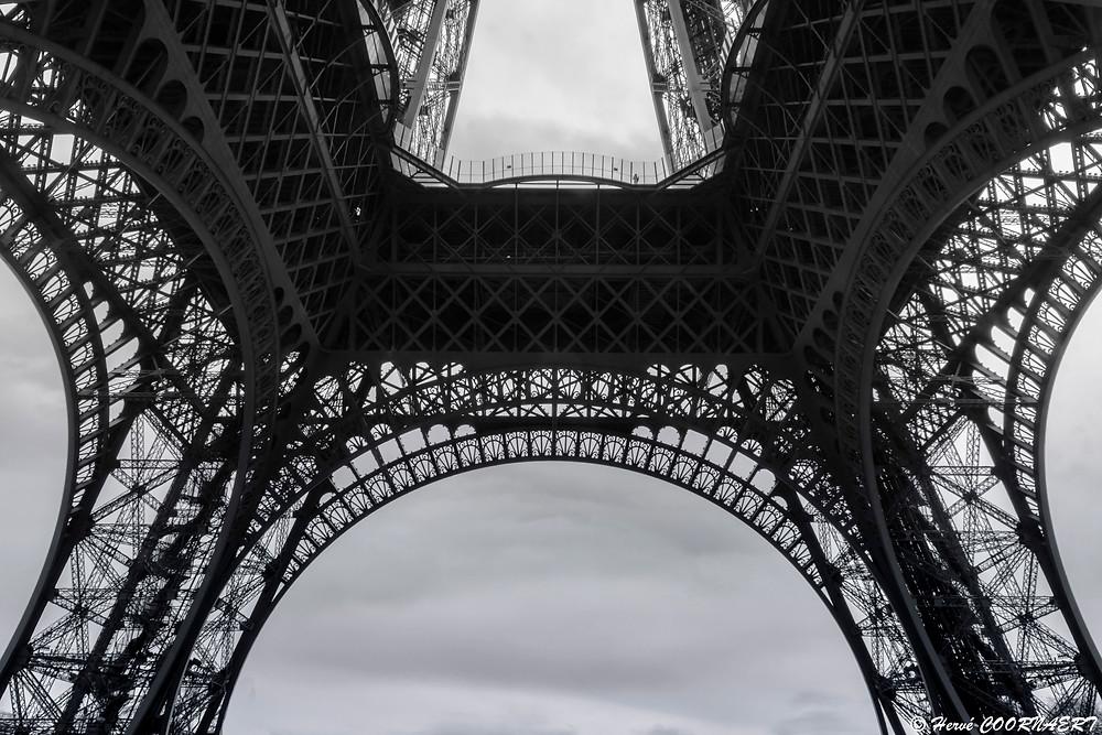 """La Tour Eiffel, devenue le symbole de la France et de sa capitale, est une tour de fer puddlé construite par Gustave Eiffel et ses collaborateurs pour l'exposition universelle de 1889. Initialement nommé la tour de 300 mètres, ce monument a été pensé par Eiffel comme un """"résumé de la science contemporaine""""."""