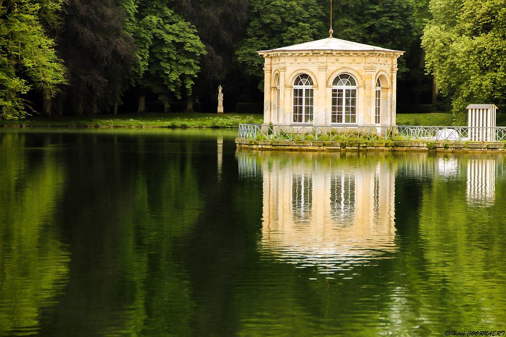 Construit en 1662, par Le Vau en contrepoint du Grand Parterre de Le Nôtre, le pavillon à pans a été restauré en 1807, lors des aménagements préalables à la création du jardin Anglais.
