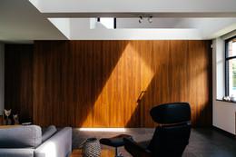 Wand in notenhout met ingewerkte binnendeur en tv kast