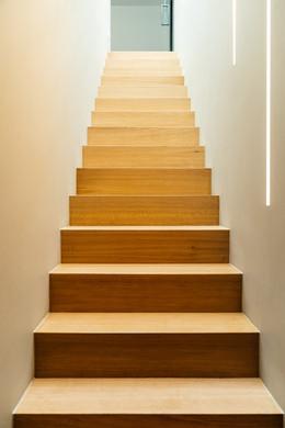 Betonnen trap afgewerkt met eik