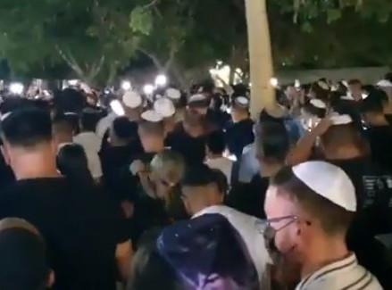Dit is Israël - duizenden bij selichot gebeden voor gewonde soldaat