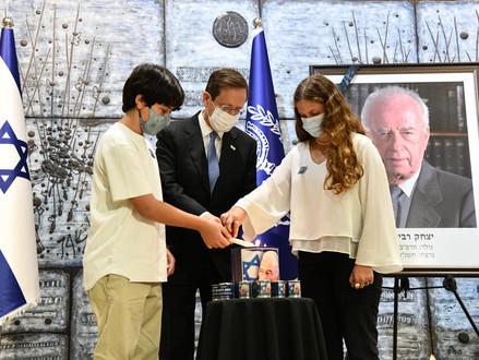 President Isaac Herzog spreekt tijdens de start van de herdenkingsceremonie voor Yitzhak Rabin
