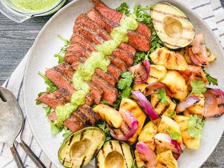 Nieuw koosjer recept - gegrilde biefstuk met ananas en avocado salade