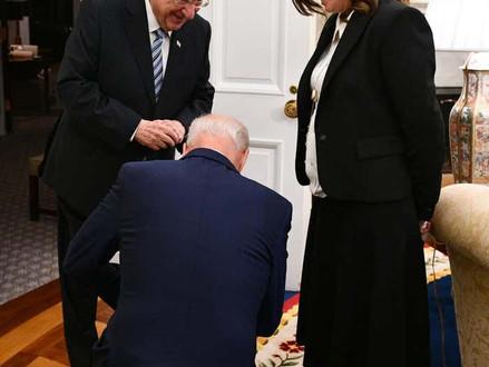 President Biden knielde nadat hij hoorde dat de orthodoxe assistent van Rivlin 12 kinderen heeft